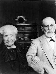 002 - Sigmund Freud con la madre Amalia, 1925